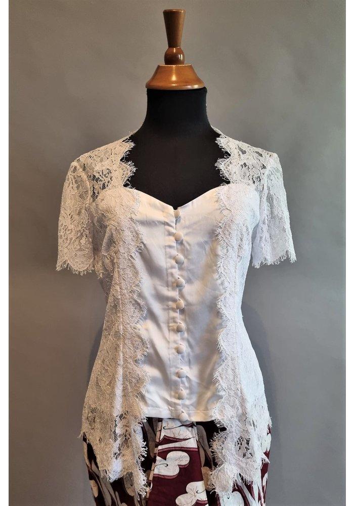 Kebaya wit korte mouw met bijpassende korte rok