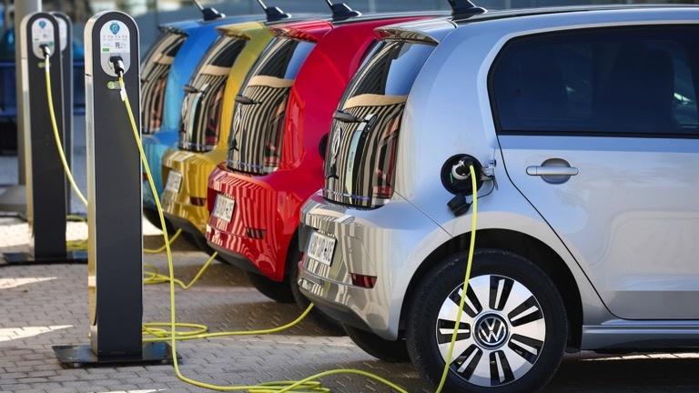 Meerdere Volkswagens e-Up aan het opladen