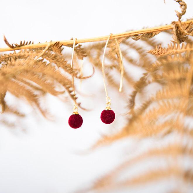 oorbellen goudkleurig met velours bolletje bordeaux door Sophie Peirsman
