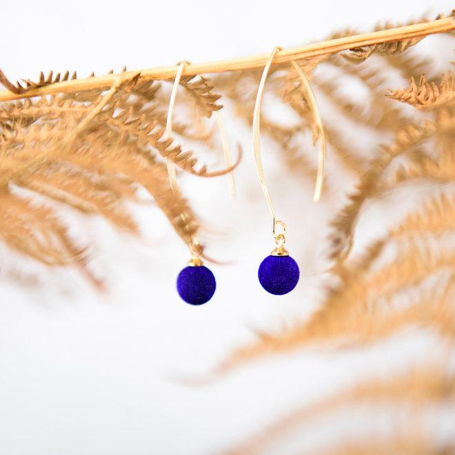 Oorbellen goudkleurig met velours bolletje blauw