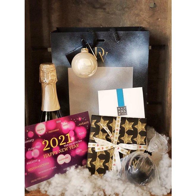 DV deluxe pakket kartonnen tas, CD verpakt, rituals set, cava flesje, stressbal, kerstkaart