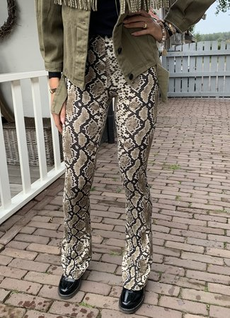 TESS V Joyce flared pants snake green