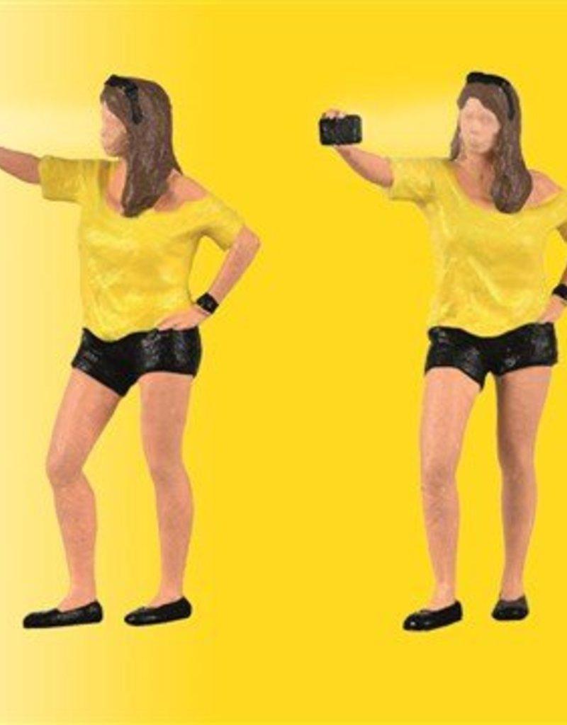 Viessmann 1551 H0 Frau schießt Selfie, mit Blitzlicht