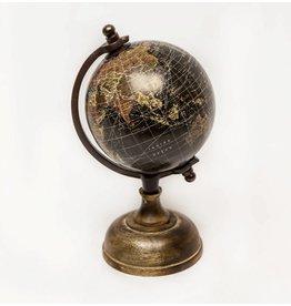 Beeld wereldbol op voet. 12 cm doorsnede, hout, zwart.