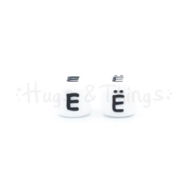 Zwarte siliconen kraal met de letter Ë