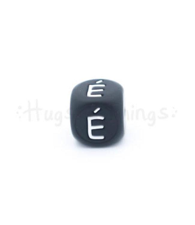 H&T Zwarte siliconen kraal met de letter É