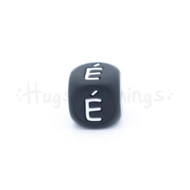 Zwarte siliconen kraal met de letter É