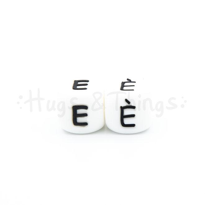 Zwarte siliconen kraal met de letter È