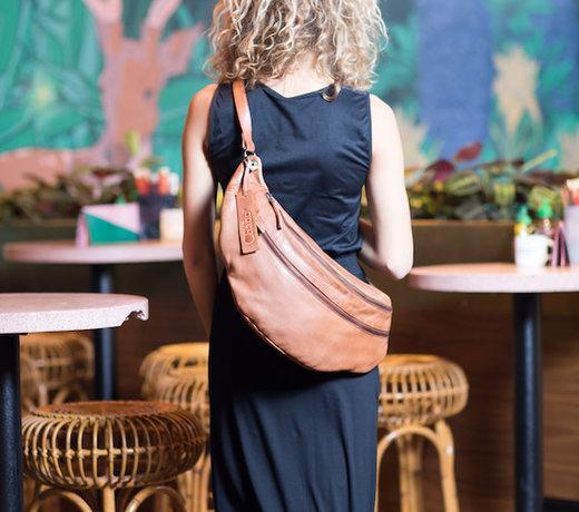 Accessoires zoals leder tassen,riemen,sjaals en haaracessoires
