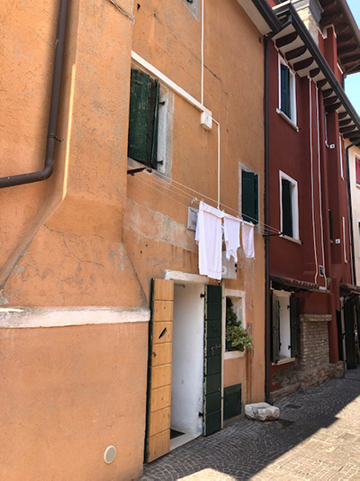 waslijn in een straat in Italie