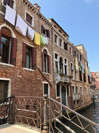 Kleding aan de waslijn in Italie