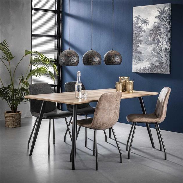 Industriële eetkamer met robuuste tafel en stoelen