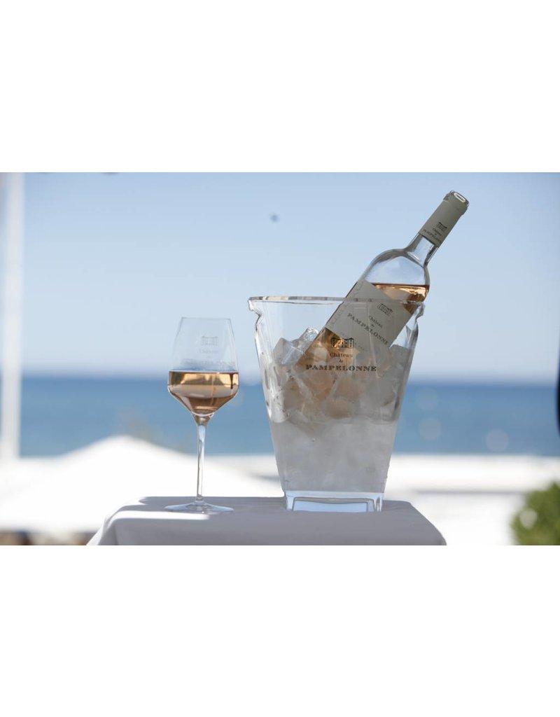 Les Maîtres Vignerons Luxueuze fles met een chique uitstraling. | Paradepaardje op tafel. | Typische zalmkleurige Provence rosé, populair bij een brede doelgroep.