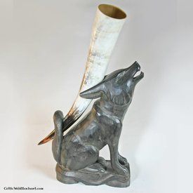 Holzen Trinkhorn steht Wolf