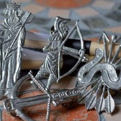 Abzeichen mit Bogenschießmotiven