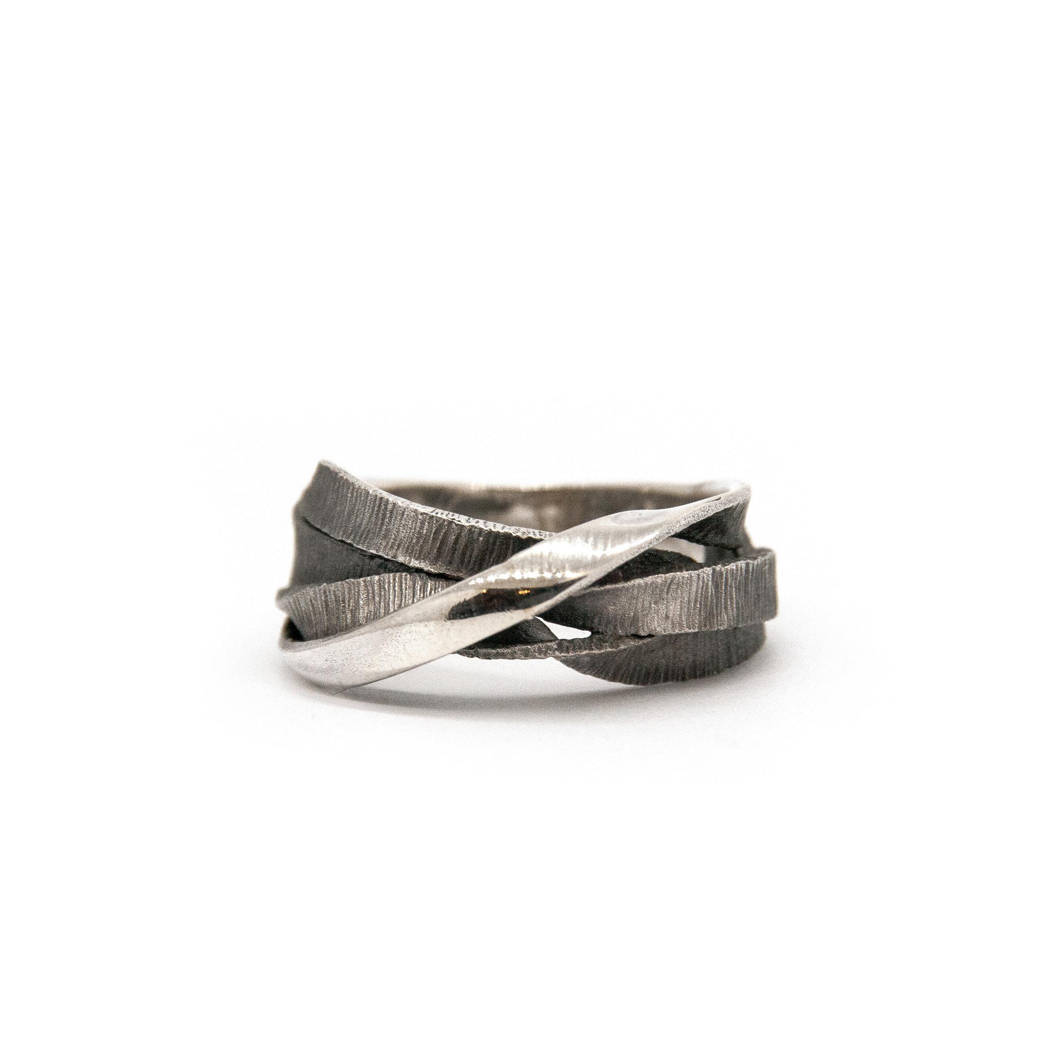 Moebius 3+1 ring-1