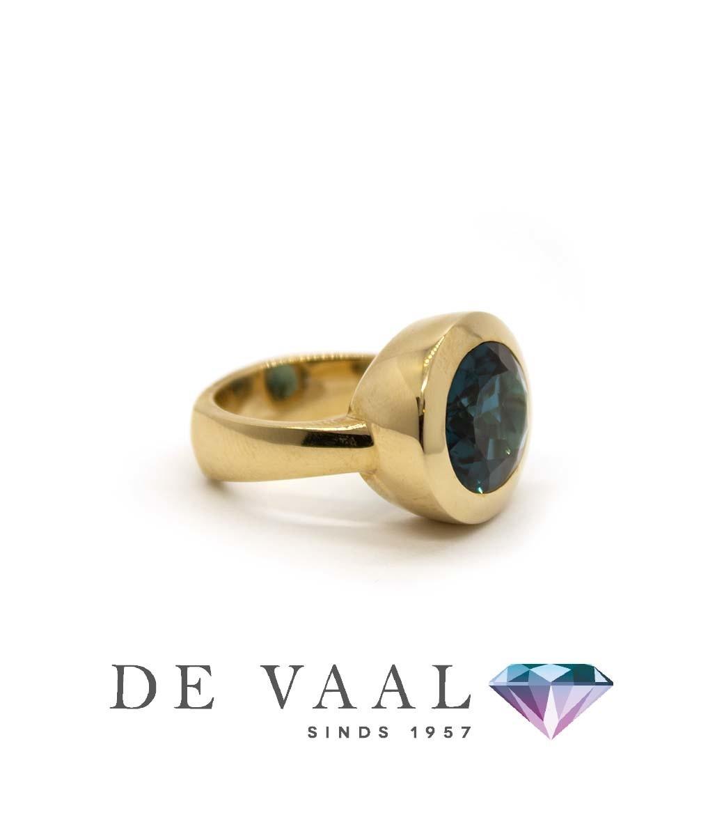 W. de Vaal - Ring 14krt Geelgoud. London blue topaas-3