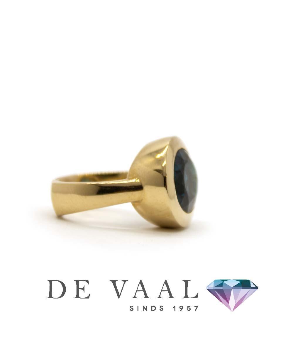 W. de Vaal - Ring 14krt Geelgoud. London blue topaas-4