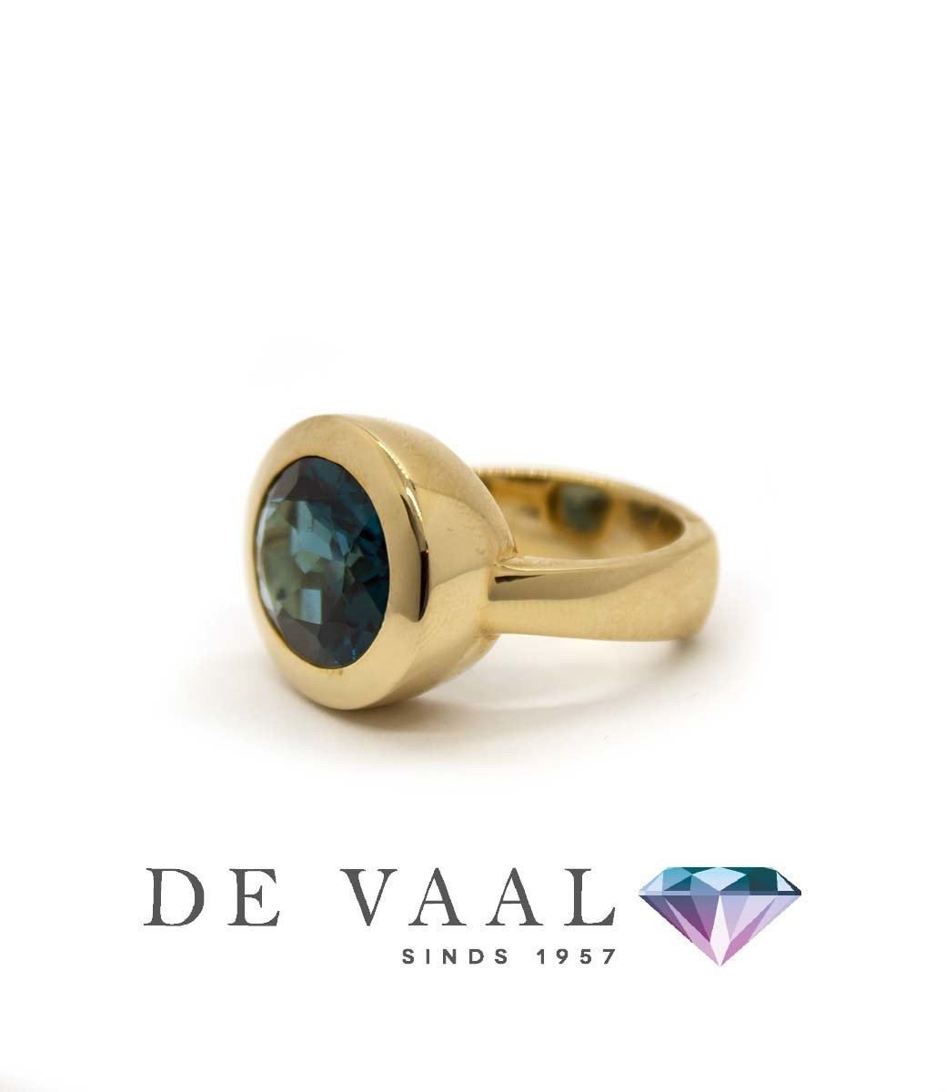 W. de Vaal - Ring 14krt Geelgoud. London blue topaas-1