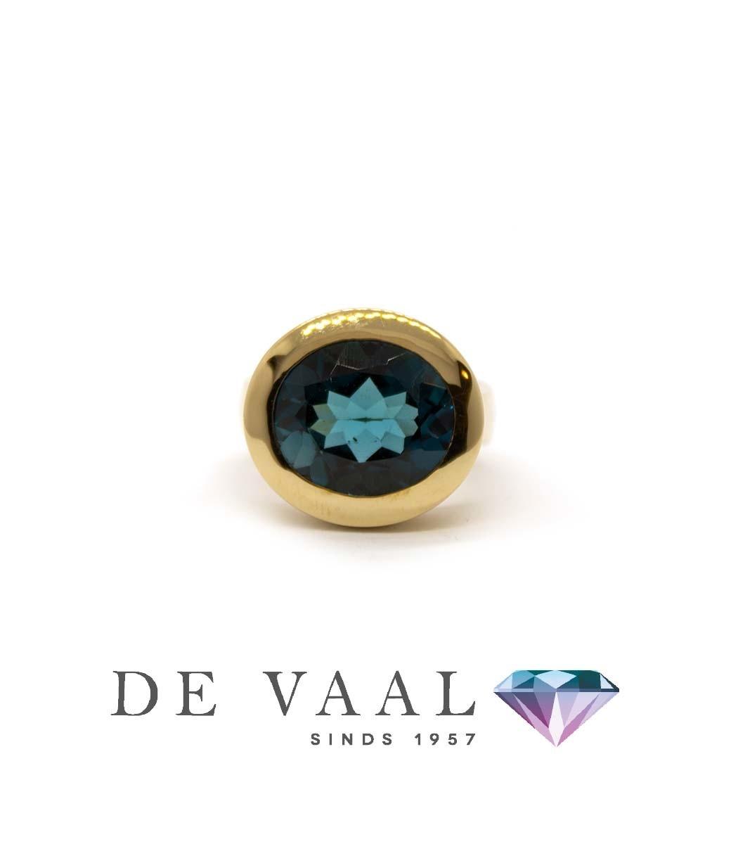 W. de Vaal - Ring 14krt Geelgoud. London blue topaas-2