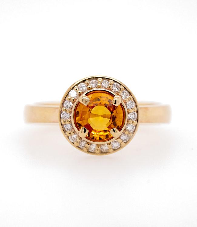 W. de Vaal - Ring 14krt Geelgoud met Korund & Diamant 0.18crt (3137)