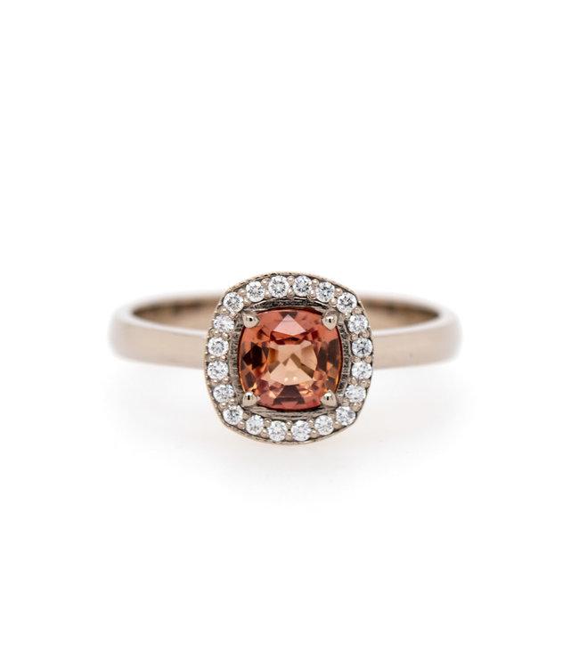 W. de Vaal - Ring 14krt Witgoud met Korund & Diamant 0,11crt (3007)