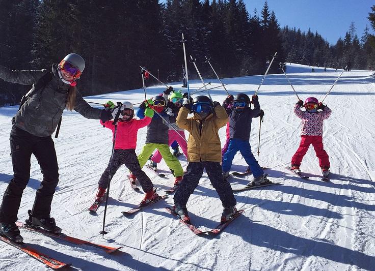 Groep kinderen op ski's