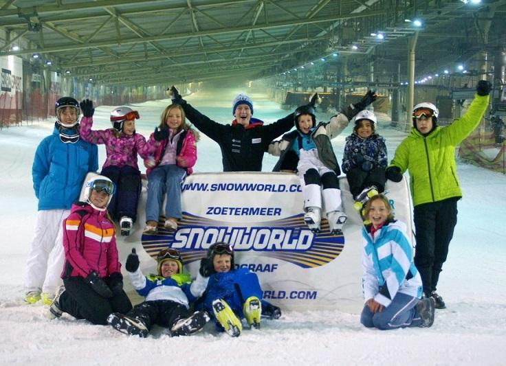 Groep skiërs op indoorbaan