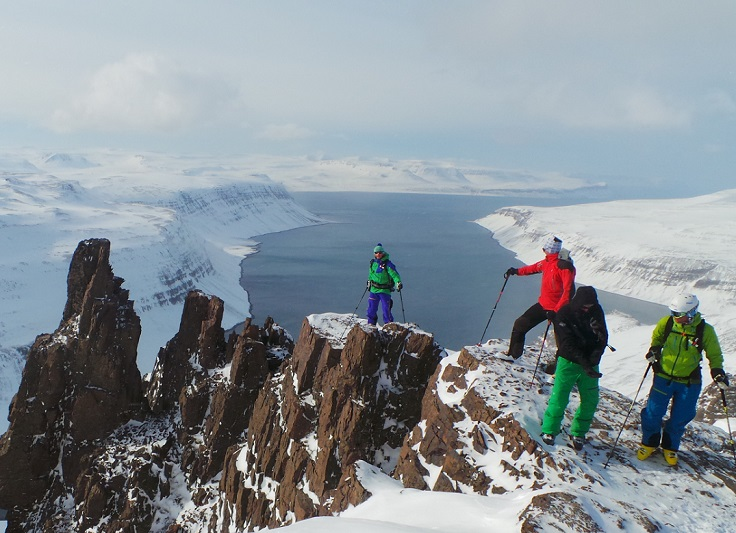Skiërs op de top van een berg