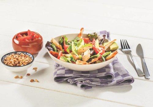 Frisse salade van kip met spek en avocado