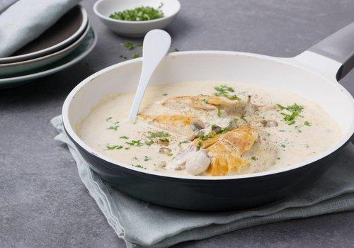Kip in een romige champignonsaus