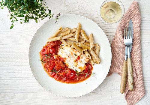 Volkorenpasta met kabeljauw en tomaten-paprikasaus