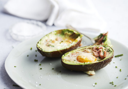 Gevulde avocado's met ei en grijze garnalen