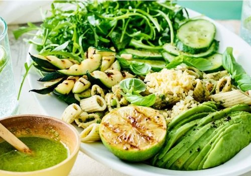 Pastasalade met avocado, gegrilde courgette en eitjes