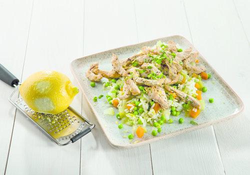 Rijst met groenten en kalkoenreepjes