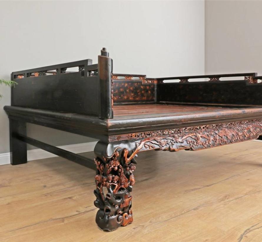 Original chinesisches Opium Bett mit Schnitzereien und Verzierungen