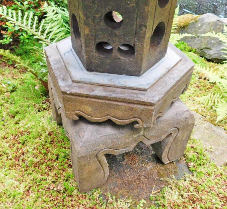 Chinesische Steinlaterne mit sechseck Dach stellt glückverheißend