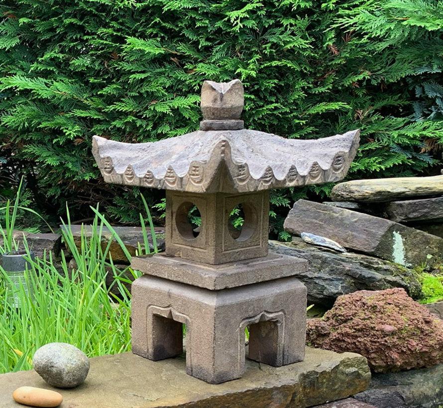 Steinlaterne aus Naturstein viereck Dach stellt glückverheißend