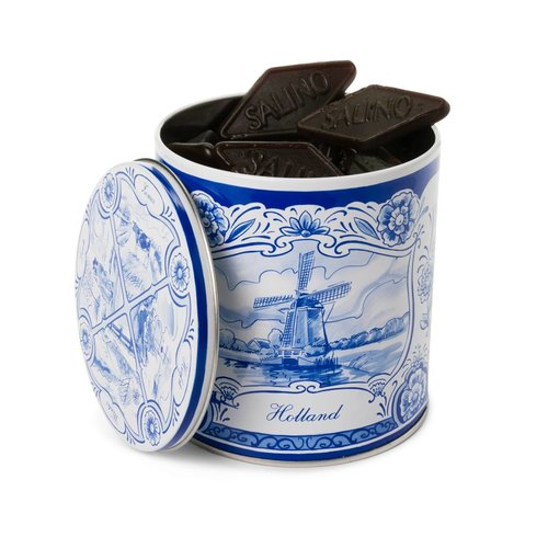 Traditioneel Hollandse snoep in een Delfts blauw blik