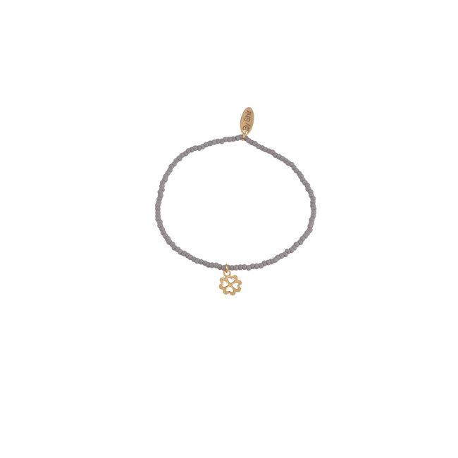 By Shir Armband kraaltjes grijs met bedel klaver goud