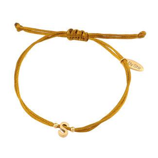 By Shir Armband silk koord olijf met letter edestaal 14k verguld
