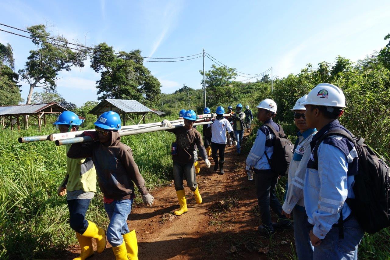 Montage der Stromleitungen auf Karampuang