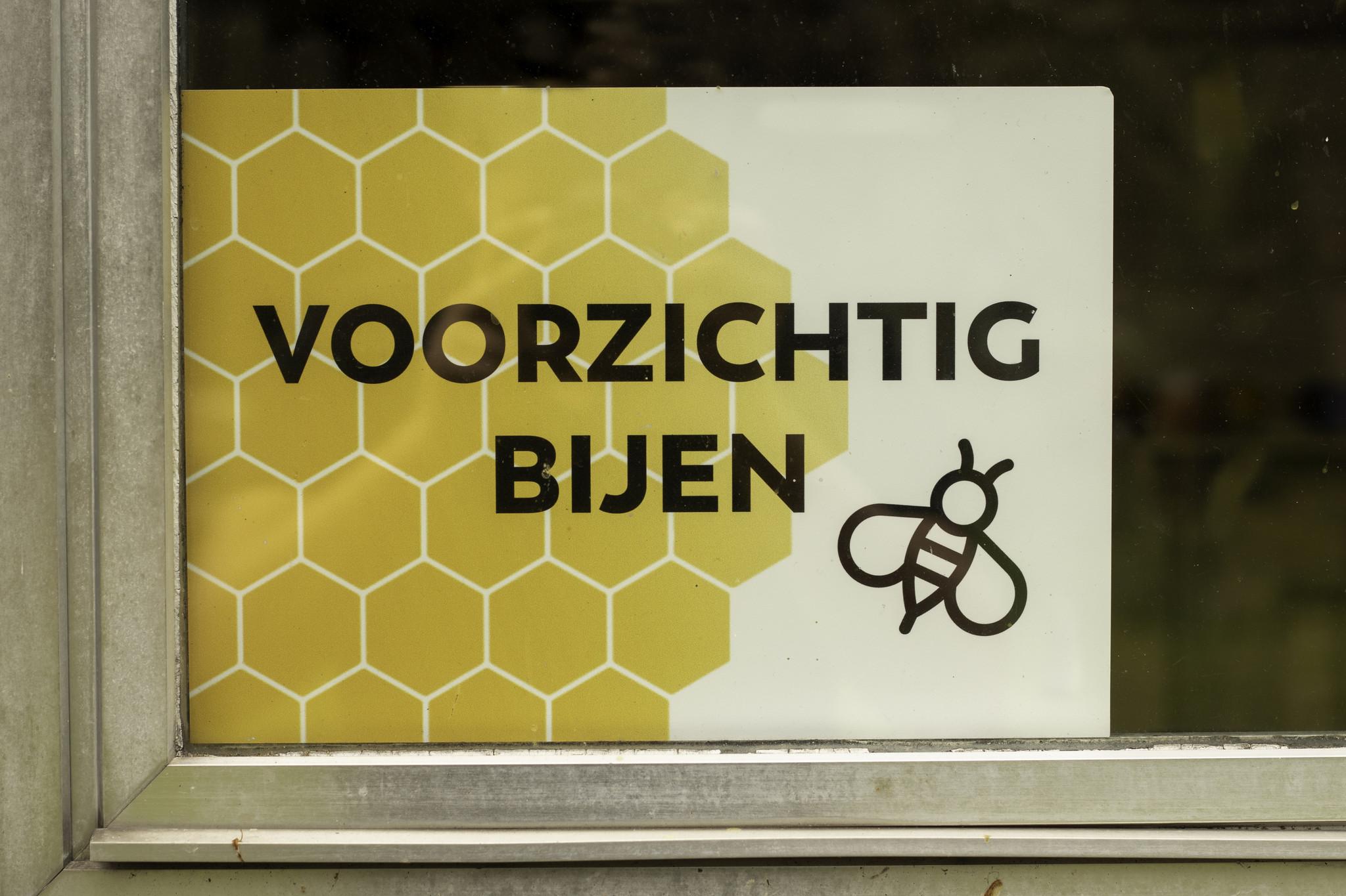 Plakkaat voorzichtig bijen-2