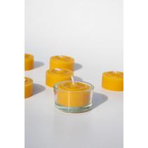 Theelichtje van bijenwas met glazen potje
