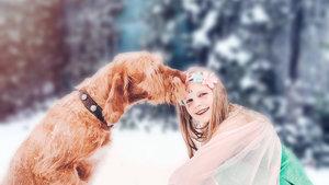 Märchenhaftes Fotoshooting für Kinder und Hunde im Schnee