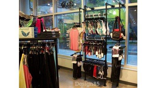 Steigerbuis kledingrek in winkel