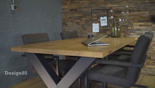 Industriële tafelpoten met eikenhout- of steigerhouten blad van Design85