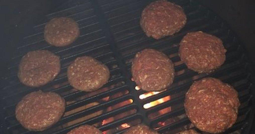 Zelfgemaakte hamburgers van de Green Egg