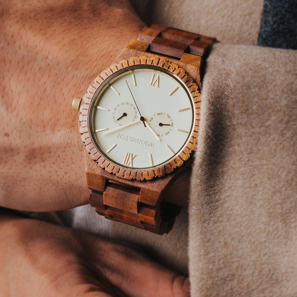 Denna premiumdesignade klocka kombinerar unika nya träslag med en lyxig urtavla och bakboett i rostfritt stål. I hjärtat av klockan slår ett helt nytt multifunktionellt urverk med två extra urtavlor för vecka och månad. GRAND-kollektionen är tillverkad av