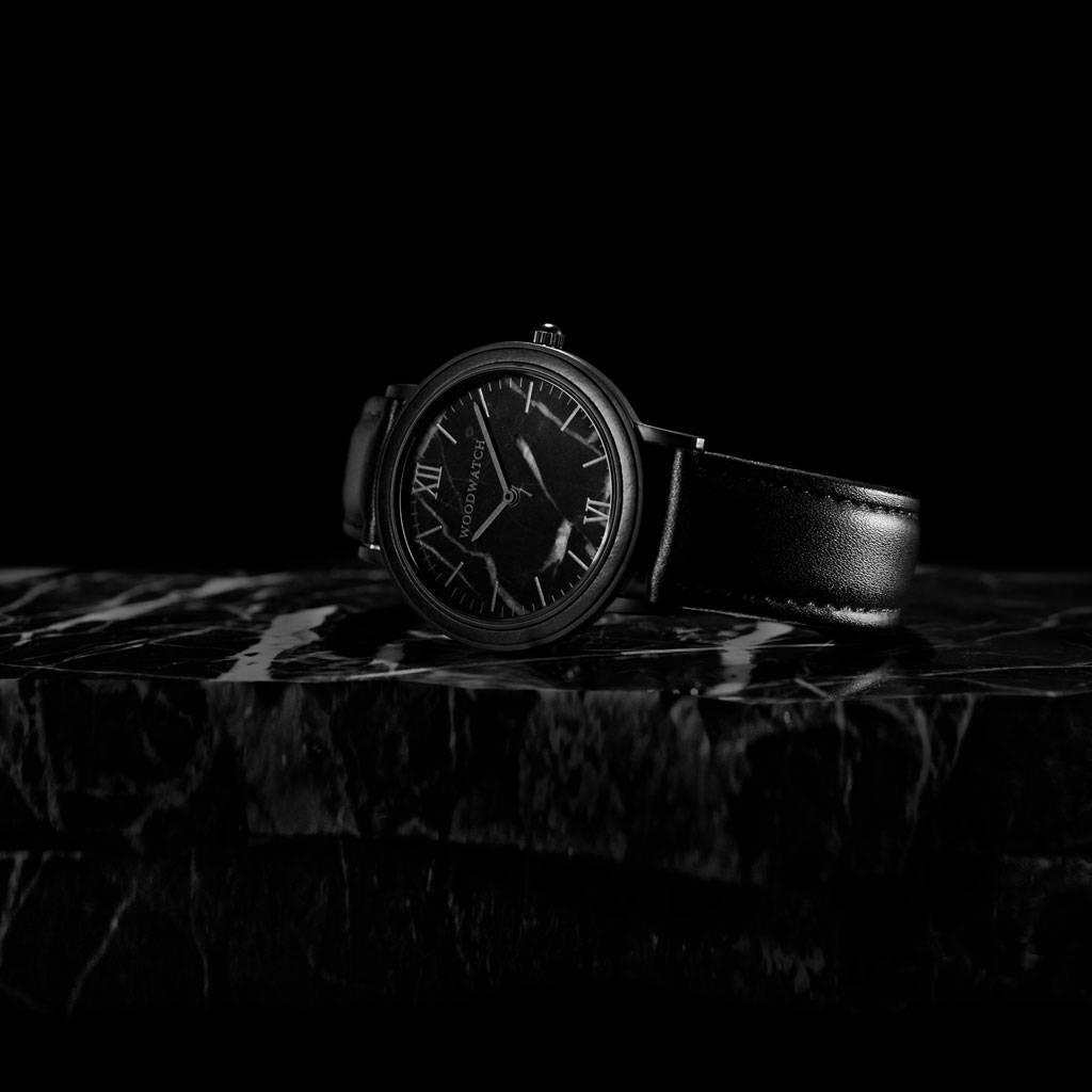 woodwatch män träklocka minimal kollektion 40 mm diameter black marble jet ebenholts trä svart läderband